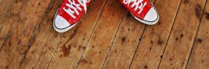 Девушка в грязных носках