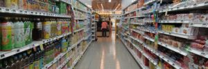 Ребенок у супермаркета